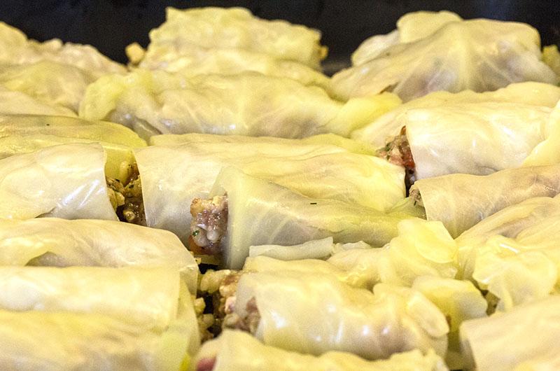 Weißkohlrouladen mit Zitronen-Ei-Sauce. Die Weißkohlrouladen nun dicht nebeneinander in einen großen Topf oder Auflaufform einlegen.