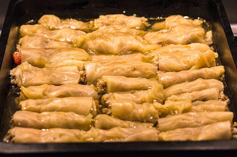 Weißkohlrouladen mit Zitronen-Ei-Sauce. Lachanodolmades werden im Backofen besonders zart.
