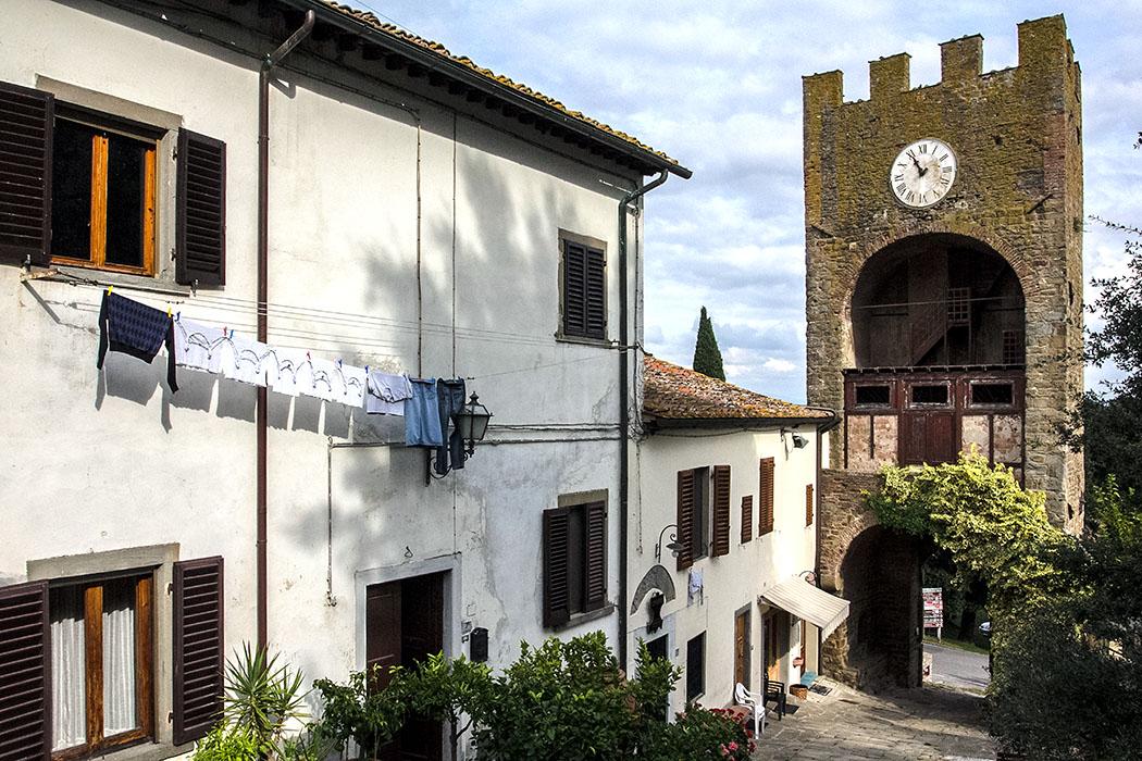 Der idyllische mittelalterliche Uhrenturm war einst einer der Wachtürme des Kastells von Artimino. In den gemütlichen Gassen entfaltet sich das Flair Italiens. Kaum zu verfehlen ist kurz vor dem Turm eine empfehlenswerte Eisdiele.