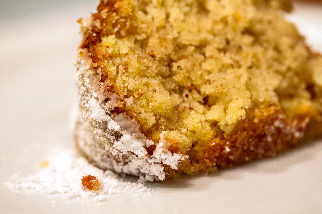 Ein saftiger Apfel-Gugelhupf mit Zimt und Mandeln hat sich in den letzten Jahren zum Trendgebäck entwickelt: Ein Klassiker aus Omas Küche ist zurück.
