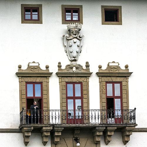 la ferdinanda villa medici artimino Über dem Eingang in die Villa ist ein zierlicher Balkon angebracht, darüber ist das imposante Familienwappen der Medici zu sehen.
