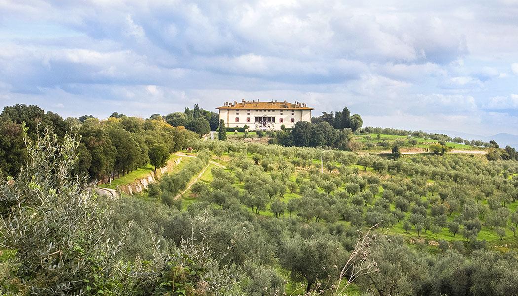 Ein perfektes Ausflugsziel von Florenz: Die Villa Medici La Ferdinanda beim Dorf Artimino. In den sie umgebenden Hügeln wird ein hervorragender Rotwein und natürlich bestes Olivenöl angebaut.