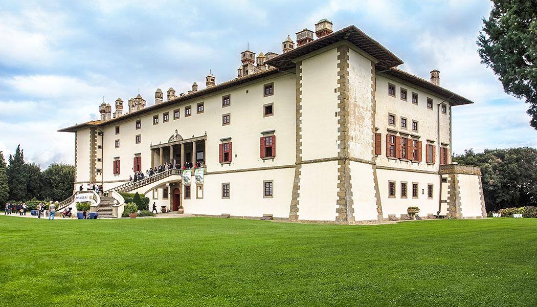 Die Villa Medici in Artimino: Ferdinando I. de Medici wollte das Jagdrevier seines Vater mit einem Jagdsitz aufwerten. Mit seinen über fünfzig Räumen konnte La Ferdinanda den ganzen Hofstaat aufzunehmen. Heute kann die Villa für große Kulturveranstaltungen angemietet werden.