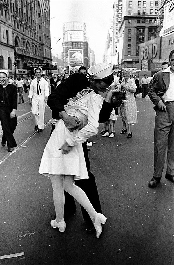 Alfred Eisenstaedt: VJ Day, Times Square, New York, 14. August 1945. Aus der Ausstellung AUGEN AUF! – 100 JAHRE LEICA-FOTOGRAFIE, © Alfred Eisenstaedt