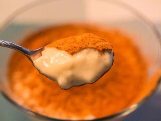 Mit Zimt bestreuen und den Sütlaç gekühlt servieren. Soul-Food für die Großen, Zwischenmahlzeit für die Kleinen.