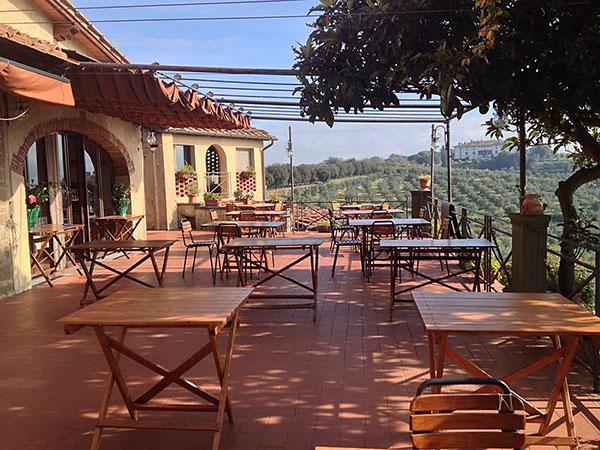 Von der Panoramaterrasse des Ristorante Da Delfina in Artemino genießen wir den prächtigem Blick auf die Medicivilla.