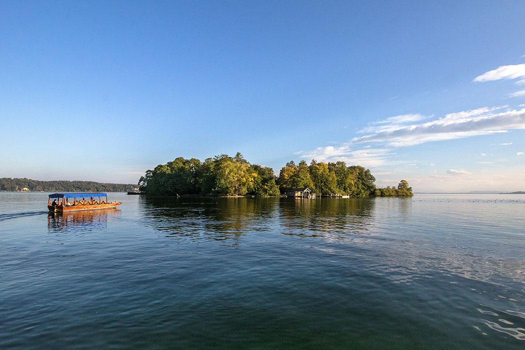 Unser Highlight unter den Ausflügen: Die Roseninsel im Starnberger See. Holz-Zillen bringen die Besucher hinüber zur pompejanischen Villa der Bayernkönige.