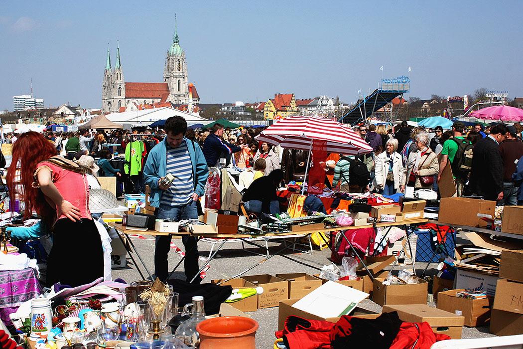 Flohmarkt - Bayerns größter Flohmarkt auf der Theresienwiese findet in der Regel in der dritten Aprilwoche statt. Ob der Riesenflohmarkt auch 2021 zustande kommt ist noch unklar. Foto: Usien, Wikipedia
