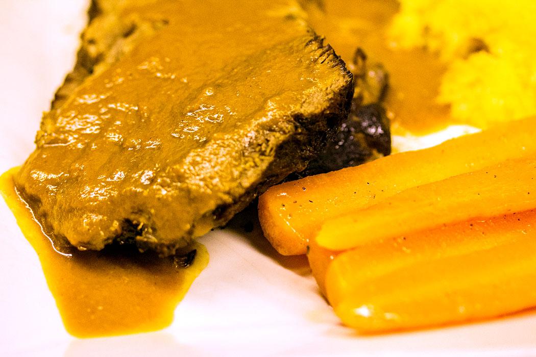 Rinderschmorbraten in Rotwein – Brasato alla milanese, mit Kartoffelpüree und karamellisierten Möhren.