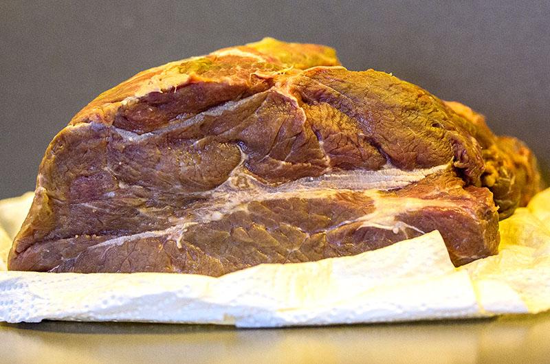 Das Fleisch waschen, trockentupfen. Auf allen Seiten mit einem kleinen spitzen Messer Löcher hineinstechen.