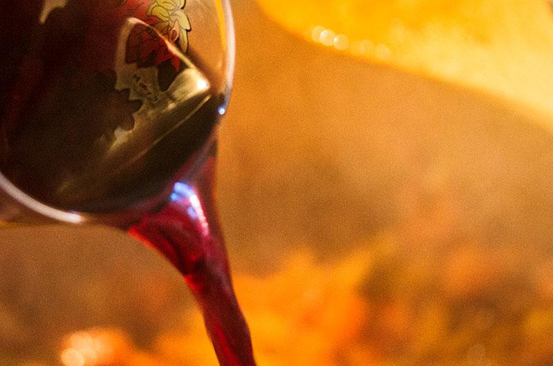 Den Rotwein angießen und etwas eindampfen lassen.