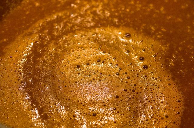 Sauce mit Salz, Pfeffer und Muskatnuß abschmecken, nochmals heiß werden lassen.