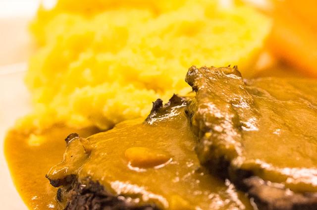 Den Braten in Scheiben schneiden, auf vorgewärmten Tellern mit Kartoffelpüree und Möhrengemüse servieren.
