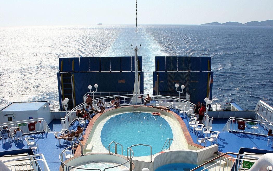 Peloponnes - Wir kommen! Die Anreise mit der Fähre von Ancona nach Patras ist kurzweilig. Wirklich schwimmen kann man im kleinen Pool nicht, aber für Kinder ist das planschen im Wasser ein Riesenspaß.