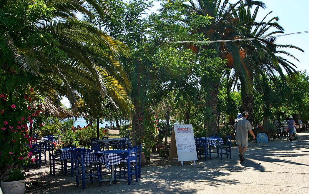 An der Uferpromenade von Gialova reihen sich ansprechende Tavernen und Bars aneinander. Davor liegt gleich der gepflegte Sandstrand Gialova Beach.