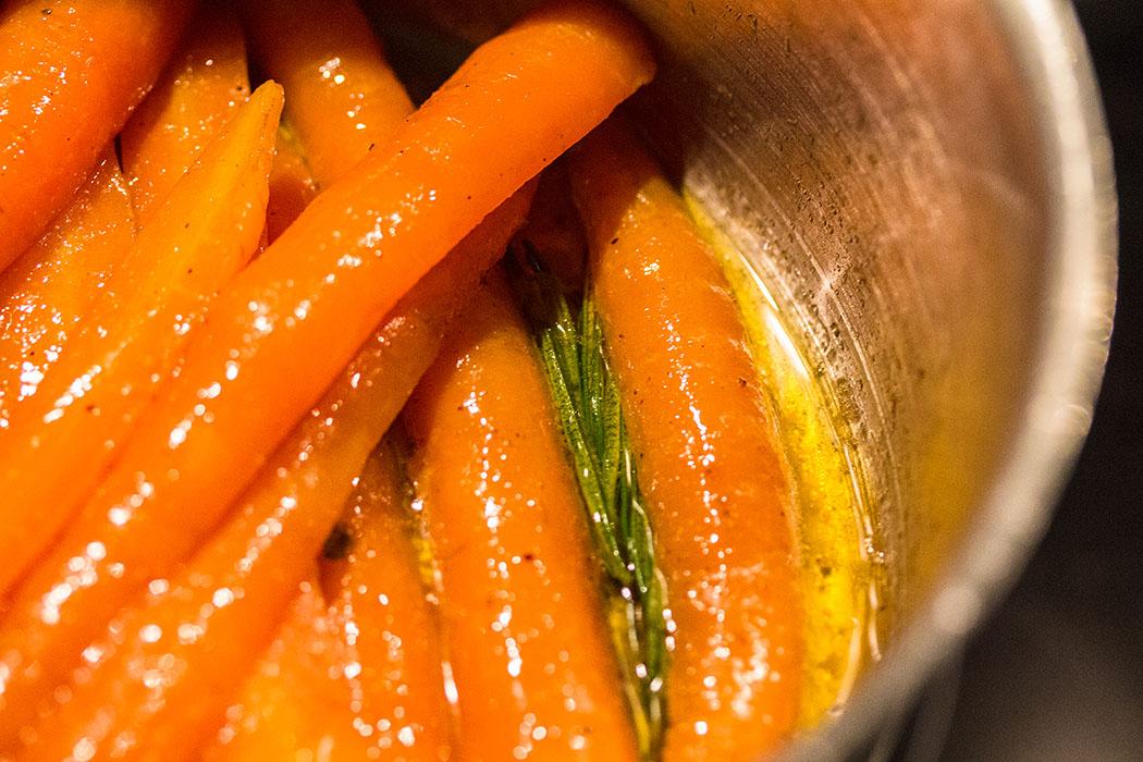 Möhren in Butter und Zucker gedünstet, ein wunderbares Aroma bekommen die Möhren, wenn ein kleiner Zweig Rosmarin mitgart.