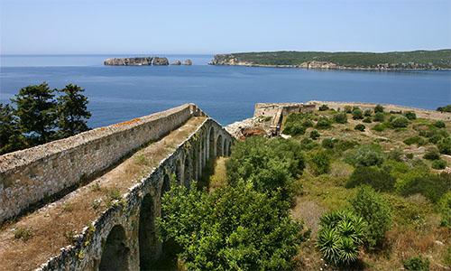 Die Festungsmauer des Neo Kastro mit hervorragendem Blick auf die Südeinfahrt in die Navarino Bucht.