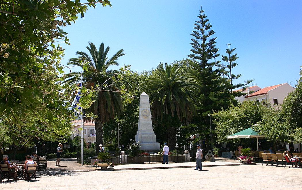 Peloponnes: Pylos in der Navarinobucht und seine Sandstrände pylos in messenien Die Platia ist das Herz von Pylos, hier steht das auffällige Denkmal das an die Seeschlacht von Navarino im Jahr 1827 erinnert. Im Schatten der Platanen lässt es sich angenehm rasten.