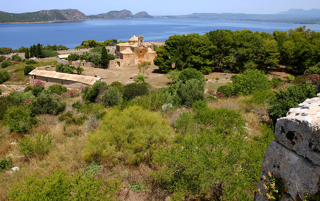 Die Festung Neo Kastro von Pylos mit der Kirche Metamorfosis Christou: Einen Rundgang sollte man sich nicht entgehen lassen, denn die Bucht von Navarino kann hier komplett überblickt werden.