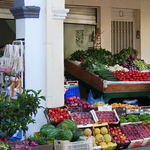 Unter den schattigen Arkaden an der Platia von Pylos entdeckten wir dieses hübsche Obst- und Gemüsegeschäft.