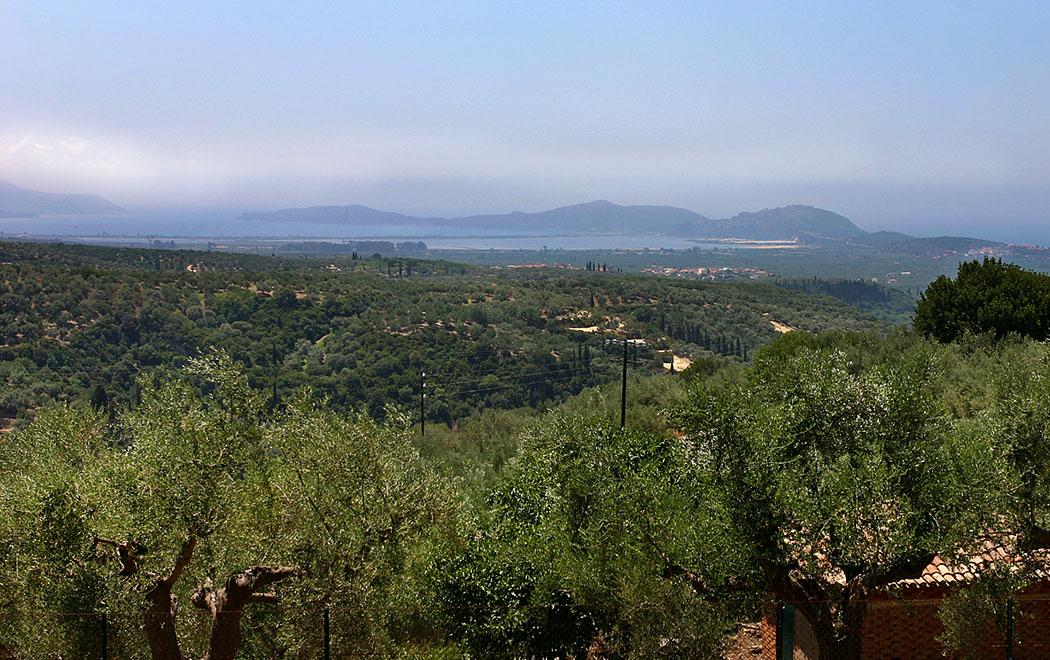 Panoramasicht auf die Bucht von Navarino: Die langezogene Insel Sphakteria schirmt den riesigen Naturhafen zum Meer hin ab.