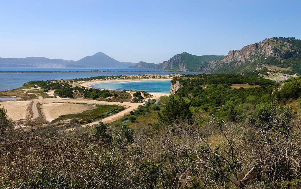 Pylos in der Navarinobucht Die Bucht von Navarino: Im Vordergrund die berühmte Voidokilia Beach, rechts das Kap Koryphasion mit Burgruine, am Ende der fünf Kilometer langen Bucht liegt die Hafenstadt Pylos.