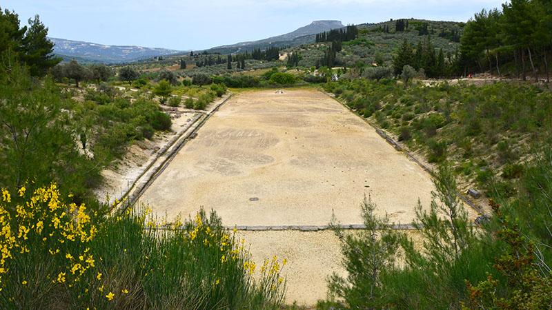 Das antike Stadion von Nemea stammt aus dem 4. Jhd. v. Chr. und fasste 40 000 Zuschauer. Die Nemeischen Spiele waren Wettkämpfe (ählich wie Olympiaden), die alle zwei Jahre im Heiligtum von Nemea ausgetragen wurden. Foto: flickr, Carole Raddato