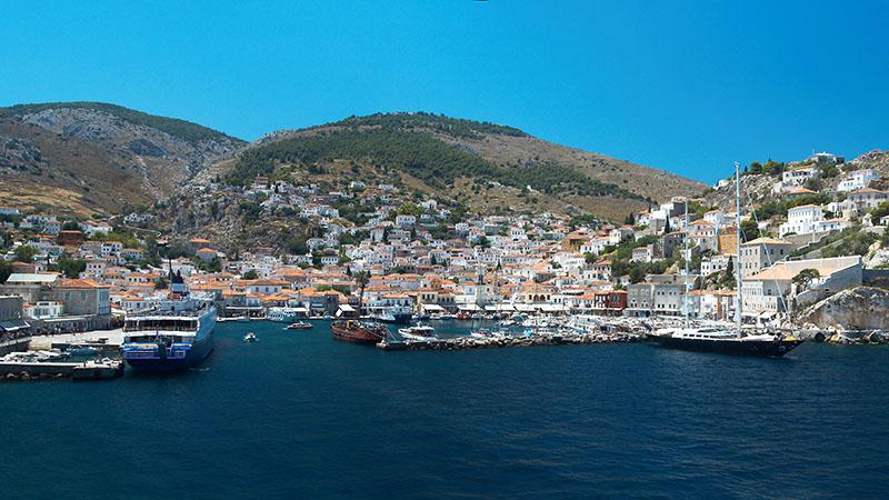 Der Hafen der Insel Hydra, die Häuser ziehen sich wie in einem Amphitheater malerisch an den Hängen empor. Foto: Wikpedia, Barcex