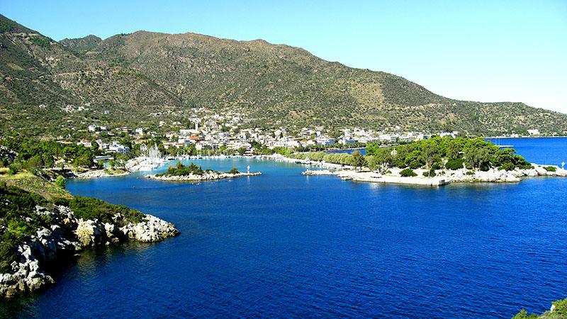 Die Hafenstadt Methana auf der gleichnamigen Halbinsel. Ihre Lage am Kykladenbogen, auf dem die Vulkangebiete Methana, Milos, Santorin und Nisyros liegen, bescheren ihr zahlreiche Thermalquellen. Foto: Wikipedia, AlMare