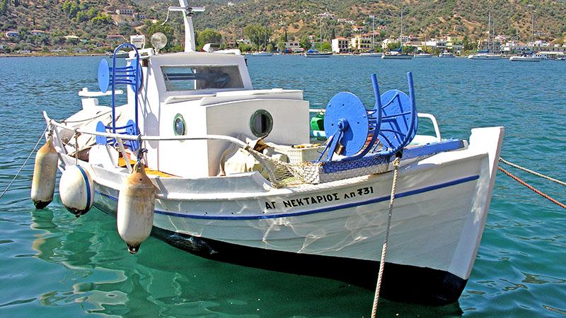 Ein traditionelles Kaiki im Hafen der Insel Poros im Saronischen Golf. Foto: flickr, Dennis Jarvis