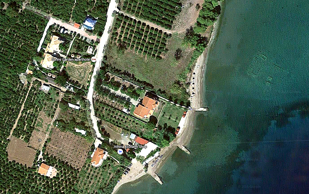Sunny Garden Aparthotel in Palea Epidavros peloponnese argolis greece Der Screenshot von Google Maps zeigt die Lage von Sunny Garden Aparthotels, den kurzen Weg zum Meer und den im Wasser liegenden Resten des römischen Gutshofes (oben rechts).