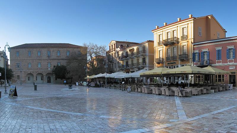 Zentrum der Altstadt von Nafplio ist der hübsche Syntagma-Platz. Die venezianische Kaserne, beherbergt heute das Archäologische Museum (links). Die einstige Moschee (nicht im Bild), diente 1825 den Versammlungen des griechischen Parlaments. Foto: Wikipedia, Andreas Trepte