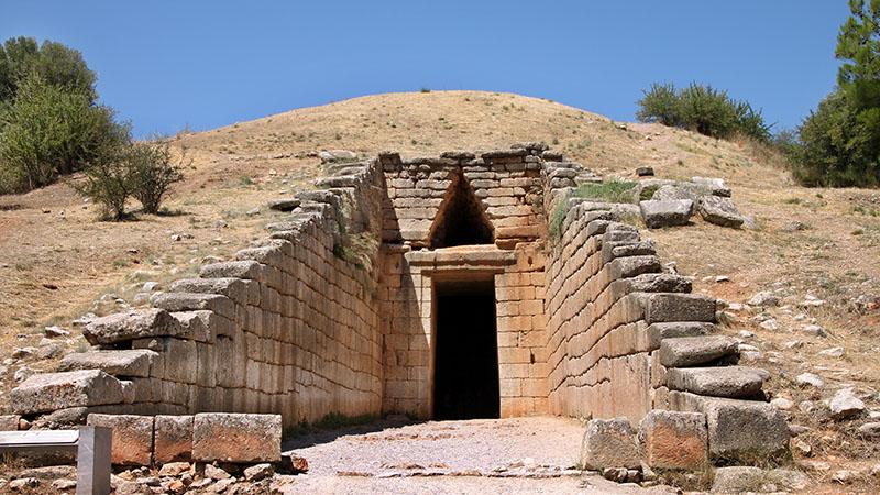 """Als """"Schatzhaus des Atreus"""" wird das prachtvollste der neben der Burg von Mykene erhaltenen Königsgräber bezeichnet. Es ist ein unterirdischer Tholosbau, der um 1250 v. Chr. errichtet wurde. Foto: Wikipedia, Klearchos Kapoutsis"""