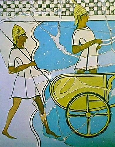 charioteer spearman pylos fresko Bewaffnete mykenische Krieger mit Eberzahnhelmen und Streitwagen. Das Freskofragment aus dem Nestorpalast wird auf 1350 v. Chr. datiert. Foto: Wikipedia