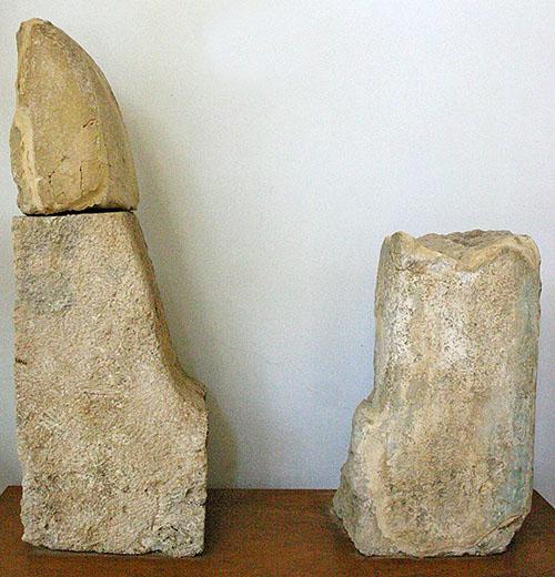Nestorpalast bei Pylos minoan horns pylos nestorpalace messenia peloponnese Wer den minoischen Palast von Knossos besucht hat kennt dieses Kultsymbol. Riesige Stierhörner verzierten die Palastdächer der Minoer. Diese Bruchstücke wurden bei den Ausgrabungen des Nestorpalastes entdeckt und befinden sich im Museum von Chora.