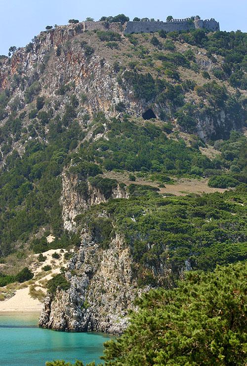 nestor cave viodolilia pylos romanos messenia peloponnese Der Höhleneingang liegt etwas unterhalb der Burgmauern von Kap Koryphasion. Archäologische Ausgrabungen brachten Keramik von der Steinzeit bis in römische Zeit ans Licht.