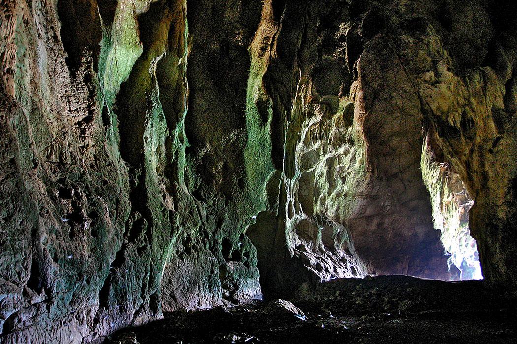 nestor cave viodolilia pylos romanos messenia peloponnese Die Nestorhöhle: Uralter Kult- und Siedlungsplatz mit Panoramablick auf die Voidokiliabucht. Heute lebt eine Fledermauskolonie in der Höhle.
