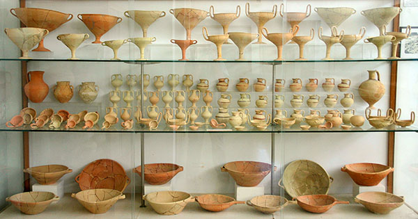 Nestorpalast bei Pylos nestorpalace pottery messenia greece Im Nestorpalast müssen einst rauschende Bankette gefeiert worden sein. Die Funde aus den Palastküchen des Palasts mit großen Mengen an Kylikes, Krügen, Bechern, Schalen und Schüsseln befinden sich im Museum von Chora.