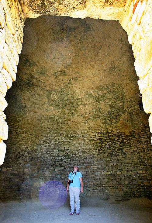 Nestorpalast bei Pylos pylos nestorpalace tholos grave inside messenia greece Das Tholosgrab hat eindrucksvolle Dimensionen. Monika wirkt fast winzig beim Blick in die Kuppel.