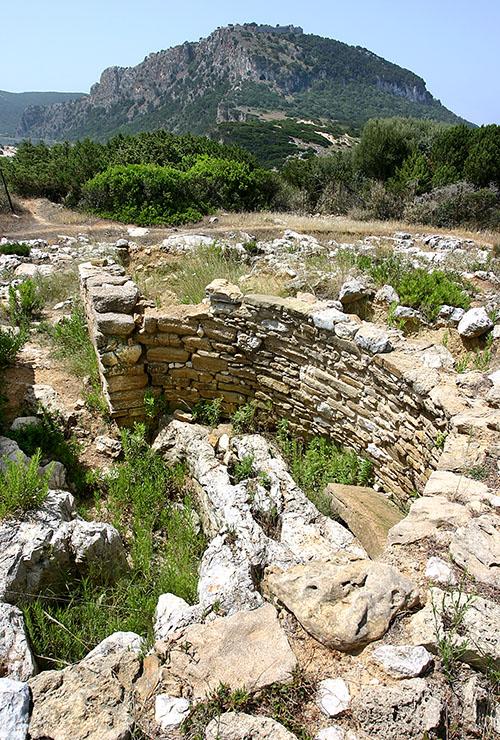 thrasymedes grave tholos romanos pylos voidokilia messenia peloponnese Das Thrasymedesgrab wurde inmitten der Ruinen eines neolithischen Dorfs (2050-1680 v. Chr.) angelegt. Im Hintergrund das Kap Koryphasion mit der Nestorhöhle und der venezianischen Festung.
