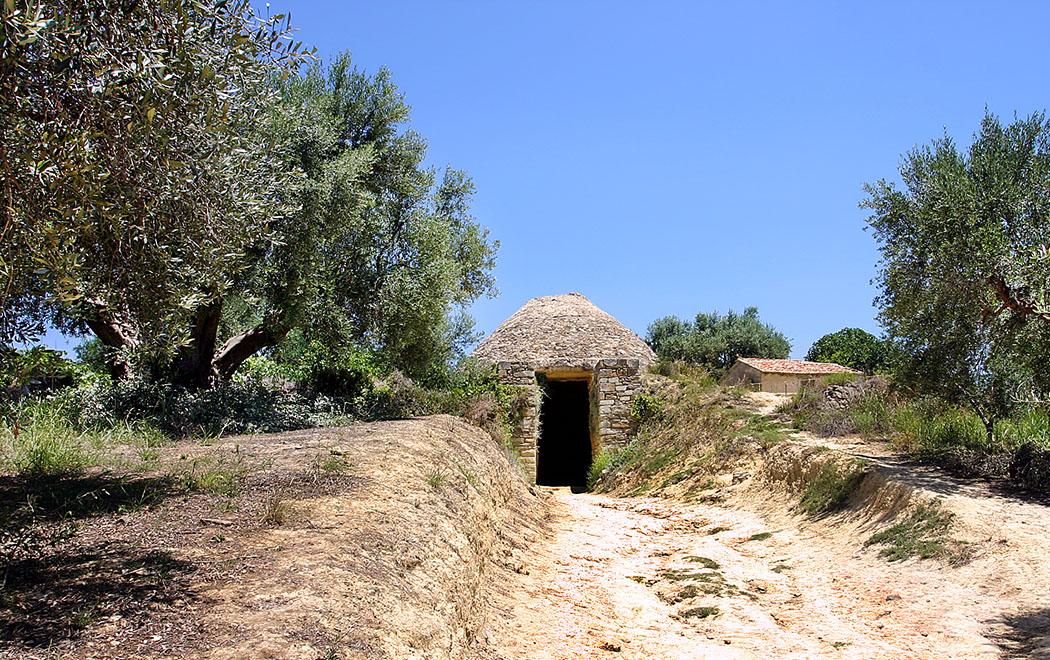 tolosgrave IV pylos nestorpalace messenia greece Das eindrucksvolle Tholosgrab IV ist mit über neun Meter Durchmesser das größte in der Region von Pylos.