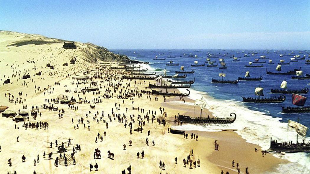 """Die Landung der mykenischen Flotte an der Küste vor Troja. Foto: Historienfilm """"Troja"""" von Wolfgang Petersen (Warner Bros)"""