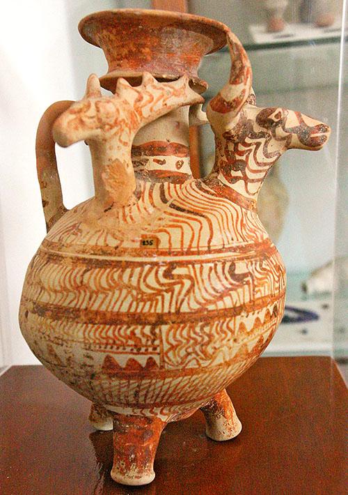 nestorpalast bei pylos vase chora archaeological musem messenia pylos Dreibeiniges Keramikgefäß mit Stier- und Hirschköpfen.