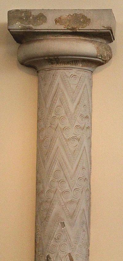 mykene atreus-tholos-mycenae-column-athens-museum Die Halbsäulen der Eingangsfassade zum Atreus-Grab befinden sich im Archäologischen Nationalmuseum von Athen.