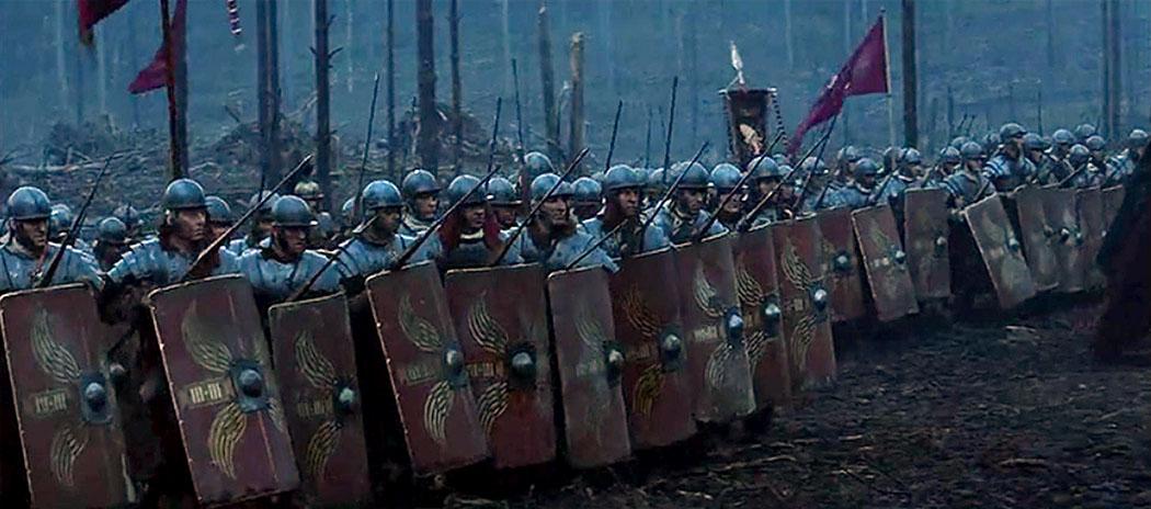 gladiator-movie-battle-soldiers-legion Die römischen Legionäre plündern zunächst die reiche Hafenstadt Korinth. Danach wird die Stadt angezündet und zerstört, ihre Bewohner kommen dabei um oder werden später als Sklaven verkauft. Foto: Gladiator, Monumentalfilm von 2000