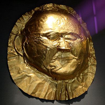 goldmask, mycenae, circle a, grave V, athens-museum Unter dieser goldenen Gesichtsmaske entdeckte Heinrich Schliemann eine Mumie. Der Verstorbene lag neben dem Skelett das die Goldmaske des Agamemnon trug. Foto: Giovanni Dall'Orto, Wikipedia