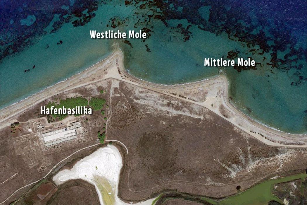 lechaion-harbour-corinth-excavations-text Die Karte zeigt den einstigen Hafen von Lechaion bei Korinth. Links unten ist deutlich die Ruine der Hafenbasilika erkennbar, ebenso die beiden Molen. Foto: Google Earth
