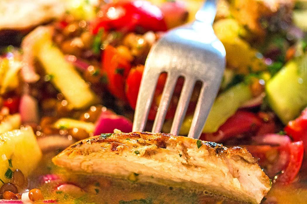 reise-zikaden.de, Griechischer Linsensalat mit Orangen - Fakes Salata Linsen sind ein Gourmet-Hit und inzwischen auch in Feinschmeckerlokalen zu finden. Die Bewohner der griechischen Inseln bauen seit Jahrtausenden Hülsenfrüchte an. Foto: Reise-Zikaden, M. Hoffmann