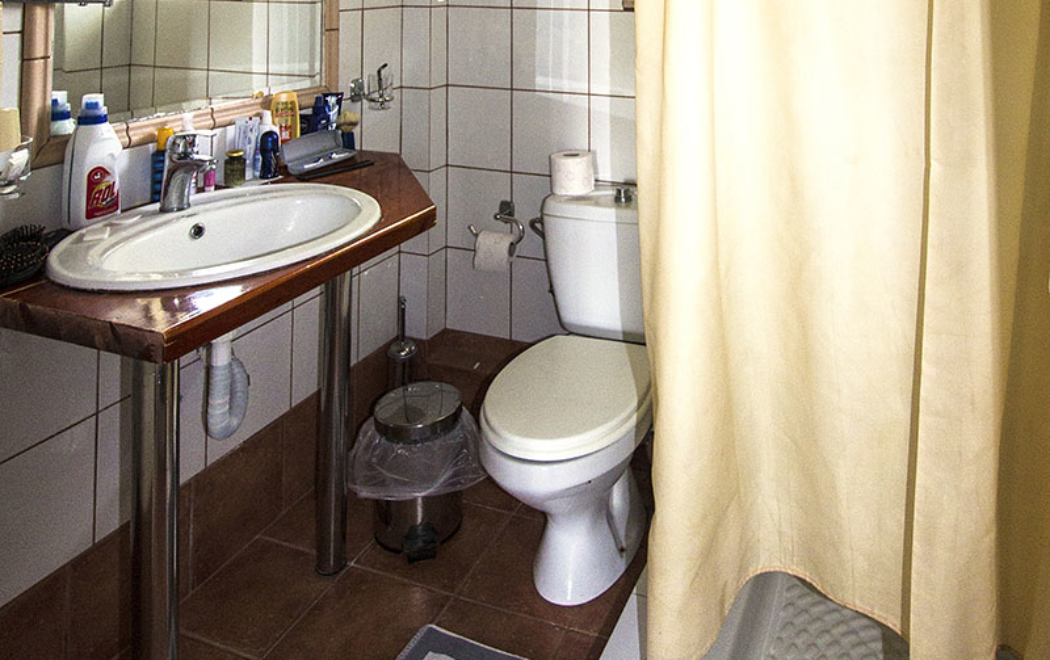Das Bad ist das einzige Manko im Hotel, klein und zweckmässig.