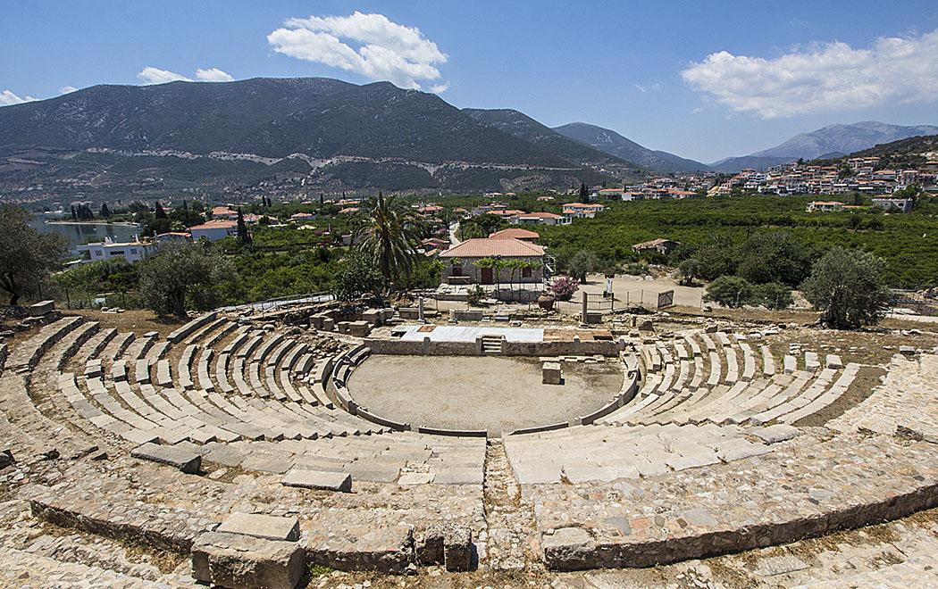 Archea Epidavros ancient theatre sunny garden aparthotel argolis peloponnese greece Unter der Arkopolis der Halbinsel Nisi in Archea Epidavros wurde ein antikes Theater, mit in den Hang hineingeschlagenen Sitzreihen und den Fundamenten eines Bühnenhauses freigelegt.